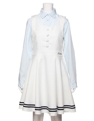 ベーシックなシャツに裾ライン入りジャンパースカートを重ね着した卒服コーデ