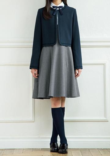 ポンポネットジュニアのジャンパースカートにノーカラージャケットを重ね着した卒服コーデ